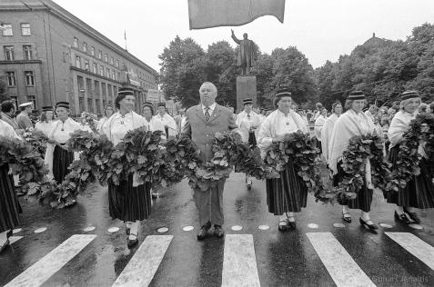 Gājiens pa Ļeņina (tag. Brīvības) ielu